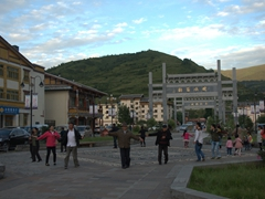 Dancing locals; Chuanzhusi