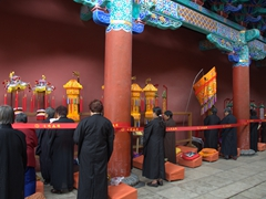Female monks praying at Yuantong Temple
