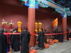 Female monks praying at Yuantong Temple