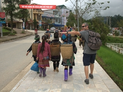 Robby demonstrates how short the Black Hmong ladies are!