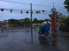 Heavy rain in Hoi An as the streets become flooded in minutes