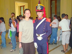 Becky gets cosy with one of the Presidential Guards; Presidential Palace on Plaza de Mayo