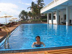 Becky takes a dip in the salt water pool; Galle Face Hotel
