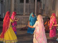 Love those beautiful saris!