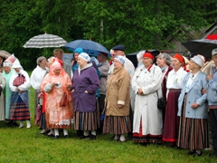 The folklore society provides free dancing and singing performances on the weekends at the Rocca al Mare Estonian Open Air Museum
