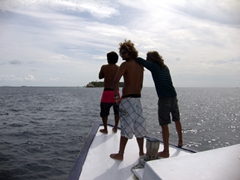 MV Stingray crew (Deko, Mif and one of the dhoni helpers) assume their normal positions at the bow of the dhoni before our dive