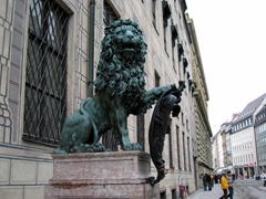 A lion with crest dominates the corner opposite of the Feldherrnhalle; Munich