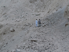 Unfortunately, all traffic came to a halt due to this landslide on the KKH. Zia and Jan decided to check it out