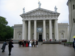 Wedding photos taken in front of Vilnius Cathedral, the most important Catholic building in Lithuania