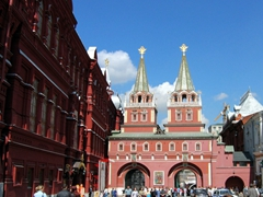 The Resurrection Gate adjoins the State Historical Museum to the Moscow City Hall