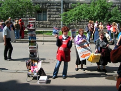 Street vendors targeting metro passengers