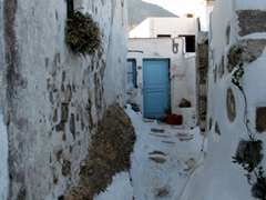 Just keep wandering through Hora's narrow alleys and steps and you'll eventually find the kastro