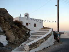 A more traditional, white washed church on the foot path from Hora to Livadi