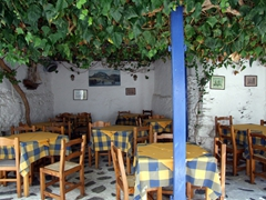 Notice this restaurant is empty during the day...but at night it is booming; Hora