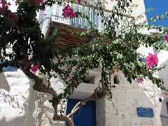 Typical dwelling in Ano Syros, a medieval settlement that is a joy to discover on foot