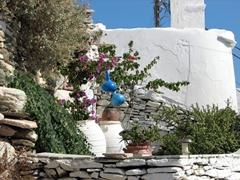 A simple garden tucked away in Kastro's mazelike alleyways