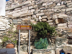 Remnants of the ancient Venetian wall have been incorporated into Kastro's city walls today