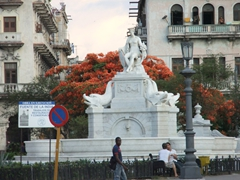 Fuente de la India is a busy crossroads just in front of Hotel Saratoga