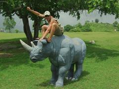 Robby ride a rhino; Valle de la Pre Historia
