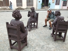 Robby joins gossiping women; Plaza del Carmen