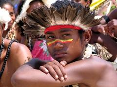 A far-away gaze, Hiri Moale Festival