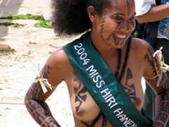 A smiling 2004 winner graciously relinquishes her title, Hiri Moale Festival