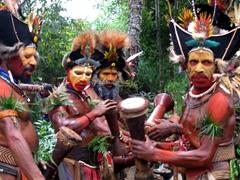 Huli Wigmen performing a sing-sing, Tari
