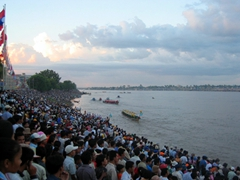 A snapshot of the crowd gathered to watch the Tonle Sap River Races