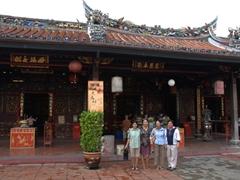 Ji Sung, Ann, Di Phuong, Di Tam pose at the Cheng Hoon Teng Temple; Malacca