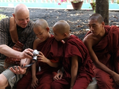 Bob sharing digital photos with some young monks; Chaukhtatgyi Paya