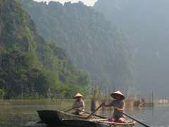 Tam Coc's leisurely boat race