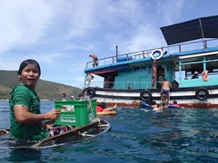 Our floating bartender sadly tells everyone the wine has run out; Mama Linh boat tour