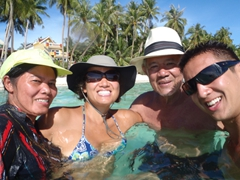Ji Sung, Becky, Cau Nam and Luke enjoying White Beach's gorgeous waters