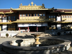 A virtually deserted Norbulingka (summer palace)