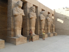 Mimicking the statues of Karnak