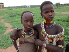 Hamer girls pose for a portrait; Turmi