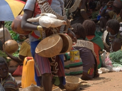 A multi-tasking Banna woman at the Key Afar market