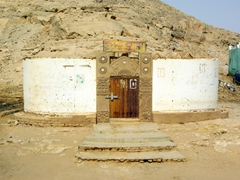This interesting building in Wadi Halfa caught our attention, but we couldn't figure out if it was a house, restaurant or place of worship