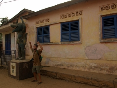 Robby mimics an Abomey statue's pose; Route des Esclaves