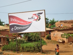 Billboard indicating Angola's 35th year of Independence; Do Luvo
