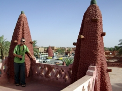Robby standing at the lookout point of Hotel de l'Oasis Rouge