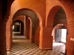 We loved the colonial era, Sudanese style building of Hotel de l'Oasis Rouge