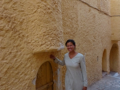 Becky towers next to an entrance to Beni Isguen's mosque