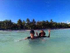 Di Sau and Di Phuong enjoying Dumaluan Beach