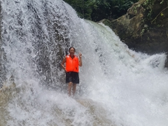 Di Phuong braving the waterfall at Mag-Aso