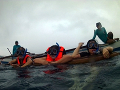 Di Phuong, Di Tam and Chi Hong clinging onto our bangka while watching the whale sharks of Oslob