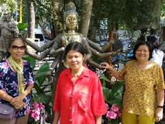 Di Phuong, Chi Xuan and Di Tam posing next to a statue near the entrance of Gangaramaya Temple