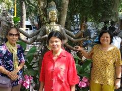 Di Phuong, Chi Xuan and Di Tam posing next to a statue near the entrance of Gangaramaya Temple