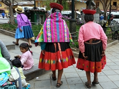 Indigenous women in Ollantaytambo