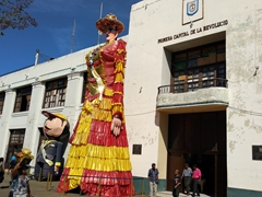 """La Gigantona"" (the large lady) and ""El Enano Cabezon"" (the big-headed dwarf), two puppets that dance out the struggle between the social classes of Nicaragua"